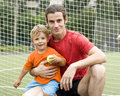 Vader met zijn zoon na een voetbalspel foto in motie Stock Afbeelding