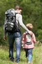 Vader and son hiking in platteland Stock Fotografie