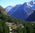 Vale na área nevado de Elbrus das montanhas Fotos de Stock Royalty Free