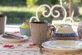 Valentine decorated breakfast table im garten Lizenzfreies Stockfoto