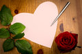 Valentine love heart shaped note med pen and rose Arkivfoto