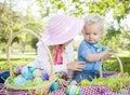 Van de blonde de jonge broer en zuster eieren van enjoying their easter buiten Royalty-vrije Stock Afbeeldingen