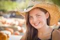 Vaqueiro vestindo hat do retrato da menina do preteen no remendo da abóbora Imagens de Stock Royalty Free