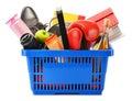 Variedad de productos de consumo en cesta de compras plástica Foto de archivo libre de regalías