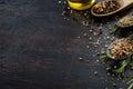 Rôzny byliny a korenie na tmavý drevo stôl