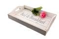 Vassoio di legno per il bed breakfast con la rosa di rosa Immagini Stock Libere da Diritti