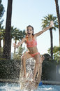 Vater throwing daughter in swimmingpool Stockfoto