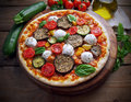 Vegetarian pizza with fresh organic vegetables Royalty Free Stock Photography