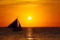 Velero en la puesta del sol en un mar tropical foto de la silueta Fotos de archivo libres de regalías