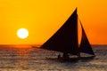 Velero en la puesta del sol en un mar tropical foto de la silueta Imagen de archivo