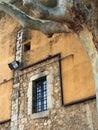 Ventana barrada en el edificio viejo girona Imagenes de archivo