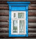 Ventana de la casa de madera rusa tradicional vieja. Fotos de archivo