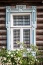 Ventana de la casa de madera rusa tradicional vieja. Foto de archivo libre de regalías