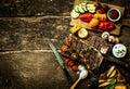 Verduras coloridas de la carne asada y filete asado a la parrilla del t hueso Imágenes de archivo libres de regalías