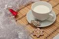 Verfraaide sugar cookies en melk voor kerstman in kerstmistijd Royalty-vrije Stock Fotografie