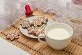 Verfraaide sugar cookies en melk voor kerstman in kerstmistijd Royalty-vrije Stock Foto's