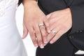 Verheiratetes paar mit eheringen und bändern Stockbilder