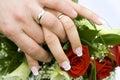 Verheiratetes Paar mit Hochzeitsringen Stockbild