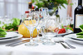 Verres sur la table dans un restaurant Photos stock