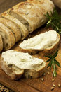 Vers gebakken traditioneel brood met boterroom Stock Afbeeldingen