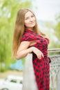 Verticale d une belle jeune femme Photos libres de droits