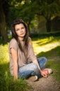 Verticale de beau jeune brunette en stationnement Photographie stock libre de droits