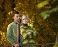 Verticale de jeunes couples en stationnement Photos stock
