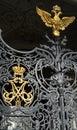 Vervaardigde gouden russische imperiumkroon en gouden adelaar het symbool Stock Afbeelding