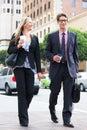 Via di and businesswoman in dell uomo d affari con caffè asportabile Immagini Stock Libere da Diritti