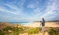Viaggio e fotografia maschii del fotografo nelle dune Fotografie Stock