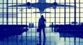 Viaje solo permanente conce de airport terminal waiting del hombre de negocios Imagen de archivo libre de regalías