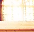 Videz la lumière naturelle en bois d image filtrée par fond clair de table et de fenêtre Photo libre de droits