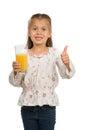 Vidro de holdng da menina com juice showing thumb up alaranjado Imagem de Stock