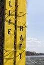 Vieja muestra de madera amarilla de la balsa salvavidas Fotos de archivo