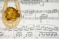 Viejas notas de la música clásica con las perlas de la vendimia Imágenes de archivo libres de regalías