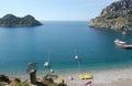 Na modrý lagúna zrušte voda malé zelený ostrov a