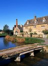 Village centre lower slaughter england small stone footbridge over the river eye and riverside cottages cotswolds gloucestershire Royalty Free Stock Photos