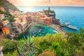 Villaggio di Vernazza ed alba sbalorditiva, Cinque Terre, Italia, Europa