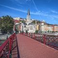Ville de lyon avec la passerelle rouge Photo stock