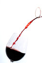 Vino rosso che versa in un vetro Fotografia Stock