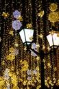 Starodávný lucerna na z svítivý girlandy