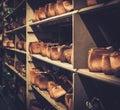Antiguo madera toma en línea en viejo estante