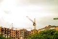 Visión de la construcción por las grúas de la nueva casa Foto de archivo