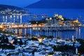 Vista del puerto de bodrum por noche turco riviera Imagenes de archivo