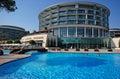 Vista di estate dell hotel di località di soggiorno di lusso Immagine Stock Libera da Diritti