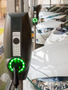 Voitures électriques étant rechargées Photo libre de droits