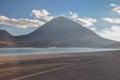 Volcan licancabur met schitterende landschappen van sur lipez zuiden b Stock Foto's