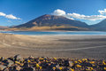 Volcan licancabur met schitterende landschappen van sur lipez zuiden b Stock Afbeeldingen