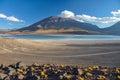 Volcan licancabur mit herrlichen landschaften von sur lipez südb Stockbilder