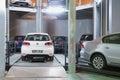 Volkswagen golf op lift in toren voor opslagauto s Royalty-vrije Stock Foto